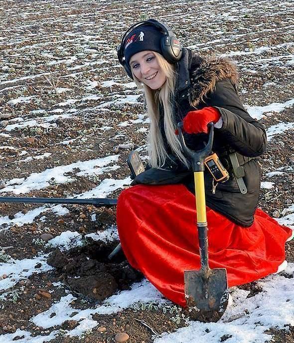 Девушка с металлоискателем рубль 1726 цена